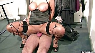 ebony hottie sucks and gets her pussy stretched